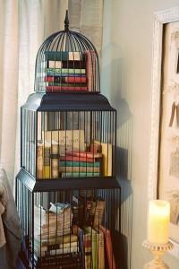 Bücher in Vogelkäfig
