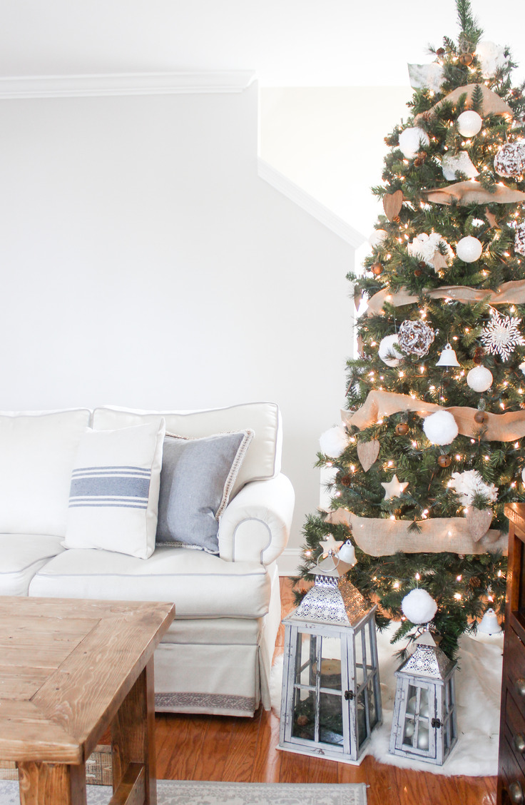 Here are some great ways to decorate a Christmas tree. This farmhouse tree combines two of my favorite looks--burlap and white--for a decidedly rustic appeal.