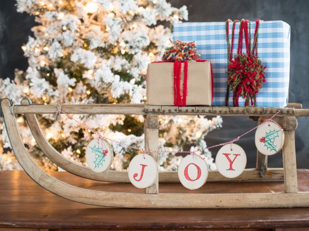 Cheap Christmas DIYs, Easy Holiday DIYs, Christmas Decor, Cheap Christmas Decor, Frugal Holiday Decorating, Cheap Decorating for the Holidays, How to Decorate for Cheap, Frugal Holiday Decor, Popular Pin