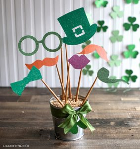 10 St. Patrick's Day DIYs for Luck All Year Long| St Patricks Day, St Patricks Day DIYs, DIY St Patricks Day, DIYs, Holiday DIYs, Holiday Crafts, Holiday Craft Projects, DIY St Pattys Day, Popular Pin #HolidayCrafts #StPatricksDay