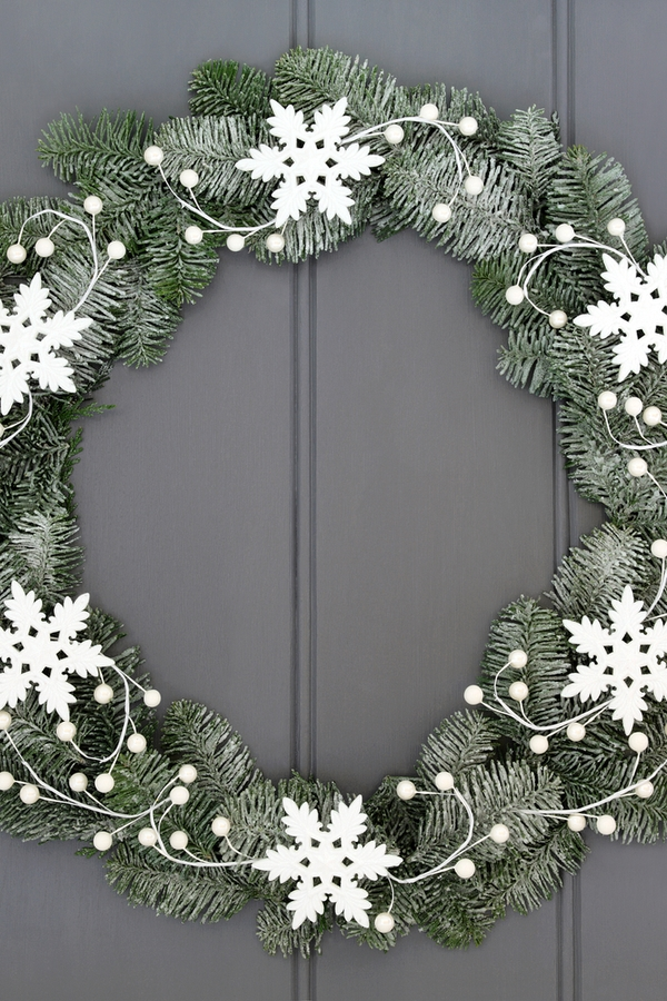 Incorporating snowflakes into wreaths is such a cute idea for winter. For more DIY snowflake holiday decor ideas, look here!