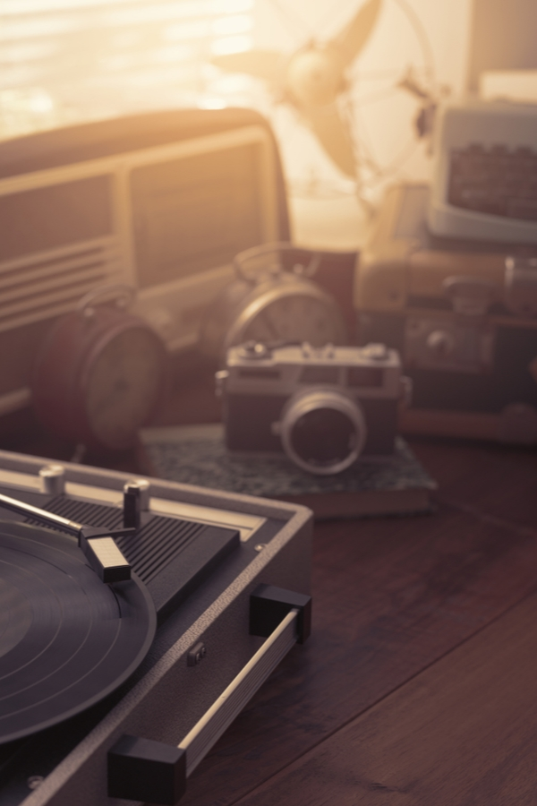 Is there anything better than thrift store shopping? These amazing thrifted home decor ideas will get you so excited. Old cameras and record players are always a good option.