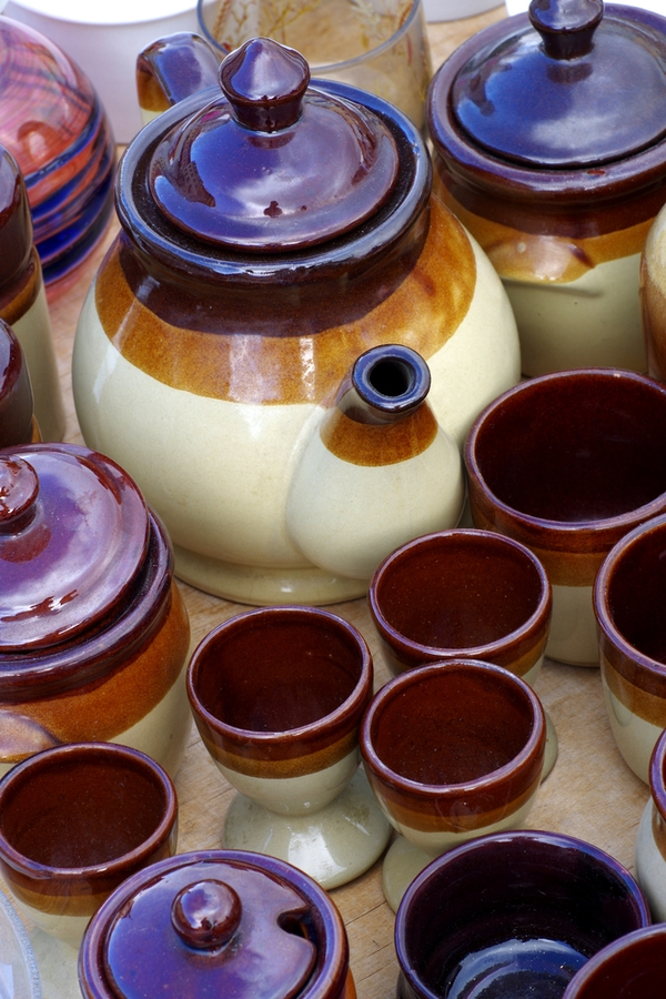 Is there anything better than thrift store shopping? These amazing thrifted home decor ideas will get you so excited. Keep your eye out for ceramic pottery. It looks good in any home.
